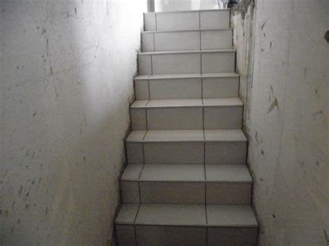 pose de carrelage sur escalier menant au sous sol