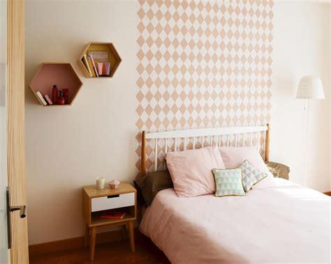 chambre papier peint g 233 om 233 trique losanges t 234 te de lit bois blanc pastel 233 tag 232 res