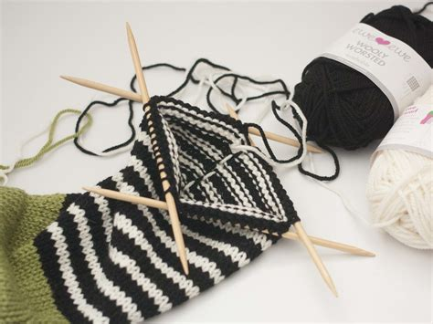 knitting stripes in the carrying yarn part 2 stripes and carrying colors up in knitting ewe