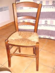 chaises cuisine blanches cuisine blanche mur orange chaise de cuisine en bois bressanne assise