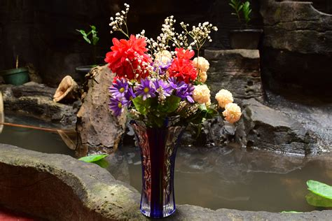 how to arrange flowers how to arrange flowers in a large vase 7 steps with