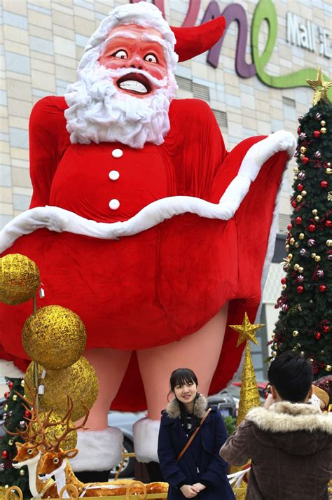 santa statues santa claustrophobia the world s creepiest santa statues