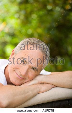 Der Mensch Im Garten by Der Mensch Im Liegestuhl Im Garten Stockfoto Bild