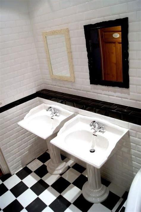 salle de bain avec carrelage noir et blanc au sol et carrelage mural fa 231 on m 233 tro de new york