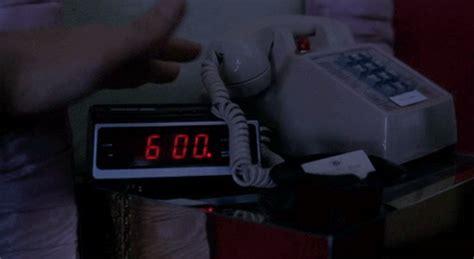 groundhog day alarm clock gif estalar os dedos faz mal veja 9 d 250 vidas comuns do dia a dia