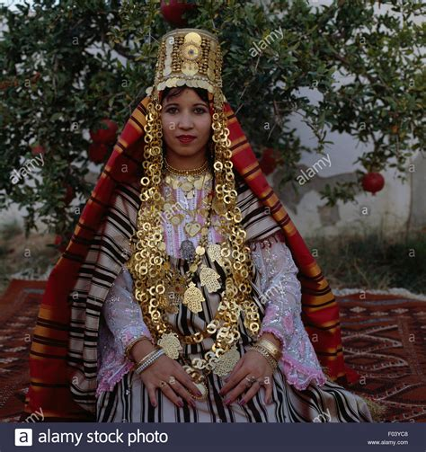 how to make a lightbox for photographing jewelry wearing a traditional costume and berber jewellery