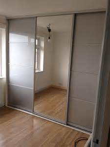 mirrored sliding closet doors for bedrooms best 25 sliding wardrobe ideas on ikea