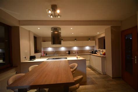 cuisine blanche et bois cuisine blanche sans poignes avec plan bois et dekton blanc kk