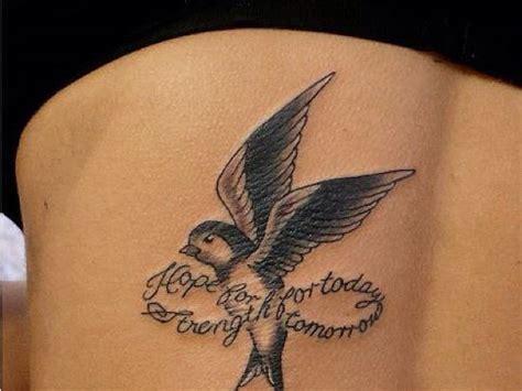 черная татуировка ласточки с надписью фото татуировок