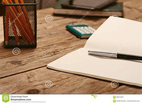 sur le bureau ouvrez le bloc notes avec le stylo et la calculatrice photo stock image 66814941