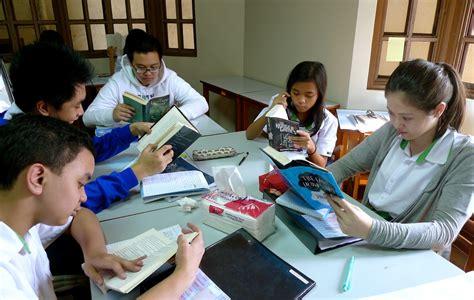 pictures of students reading books viva la vida a reading revolution students choose