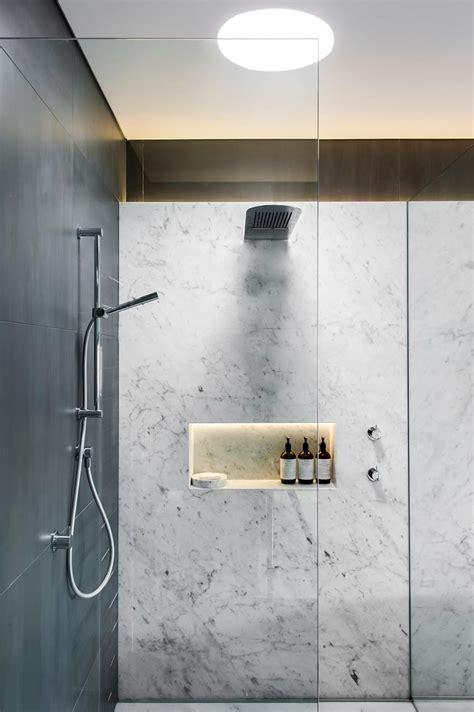 award winning monochromatic bathroom by ausgezeichnetes monochromatisches bad minosa design