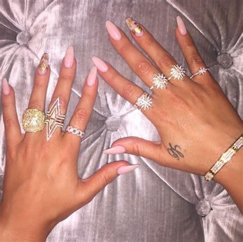 khloe kardashian nails a pretty in pink gold leaf