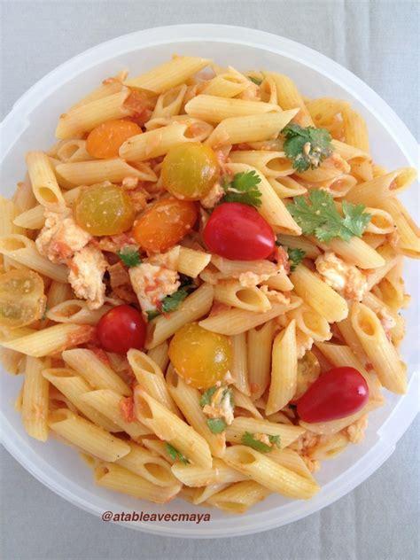 salade de p 226 tes tomates mozzarella et coriandre a table avec