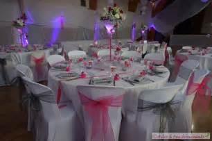 deco de table mariage fushia table de lit a roulettes