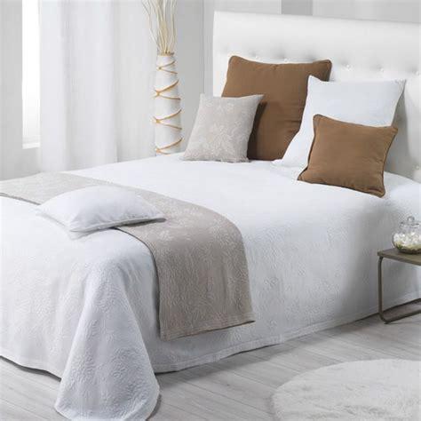 couvre lit 220 x 250 cm thea blanc couvre lit boutis eminza