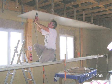 suivi de travaux de construction des enduits en terre et en chaux pour une maison en bottes de