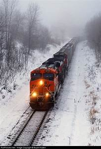 Trains and snow! BNSF 5909 heading out of Lincoln, MN ...