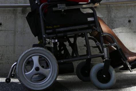 arr 234 t 233 pour conduite en 233 tat d 233 bri 233 t 233 en fauteuil roulant insolite