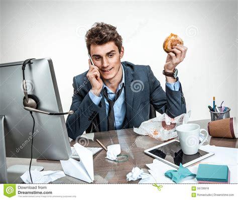 homme de bureau appelant pendant petit d 233 jeuner photo stock image 56728918