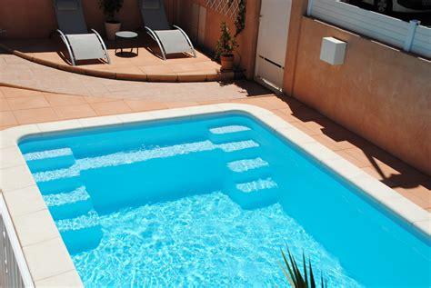 piscine coque polyester avec banquettes et escalier excentre modele axeo 690 bf istres ax 233 o