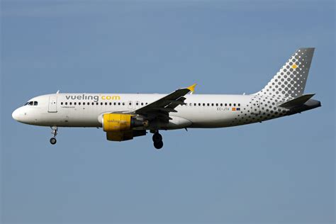 Planes and Trains - Planes 2011: EC-JTR / Airbus A320-214 / Vueling Airlines