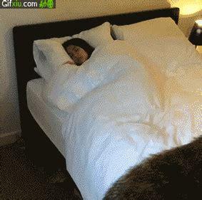躺在床上睡不着的动态图片gif动态图片 万图网