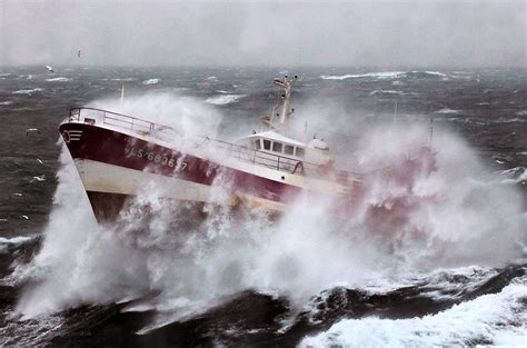 Driving Boat In Waves by How To Drive Your Boat Safely In Bad Weather Conidtions