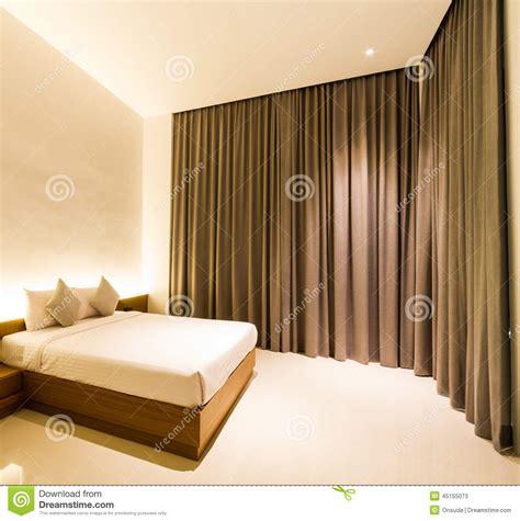 chambre 224 coucher avec le rideau brun photo stock image