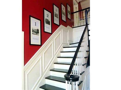 cage d escalier avec une peinture sur les murs