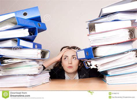 femme d affaires frustrante avec la pile de dossiers au bureau image stock image 31485713