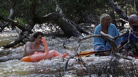 Inflatable Boat Yarra River by Australie Ils S Accrochent 224 Des Poup 233 Es Gonflables Pour