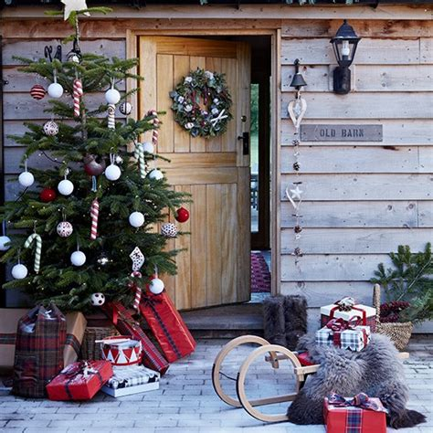 festive entrance with outdoor tree country