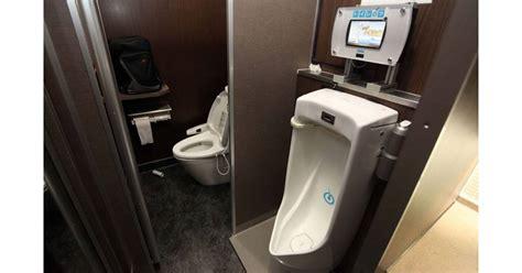 su 232 de urinoirs en danger quot pipi assis tu feras quot