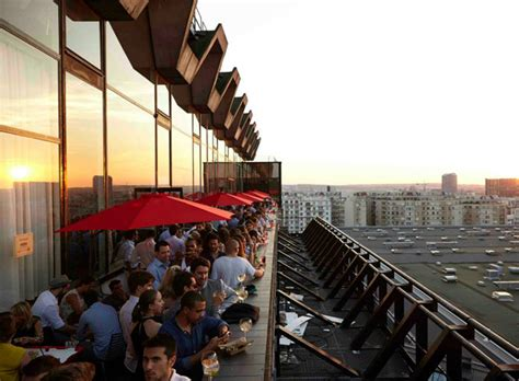 un bar 233 ph 233 m 232 re sur les toits de