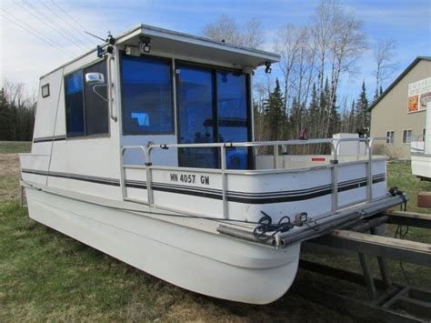 Little Pontoon Boat by Best 25 Pontoon Houseboat Ideas On Pinterest