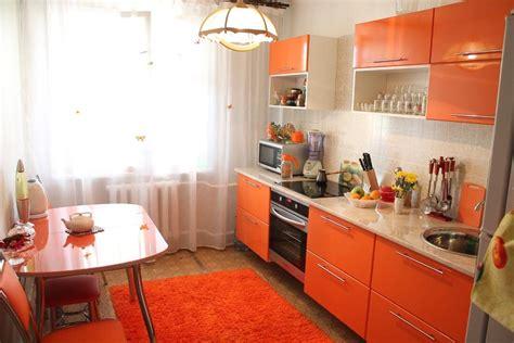 Оранжевая кухня какие обои на стенах подойдут к гарнитуру