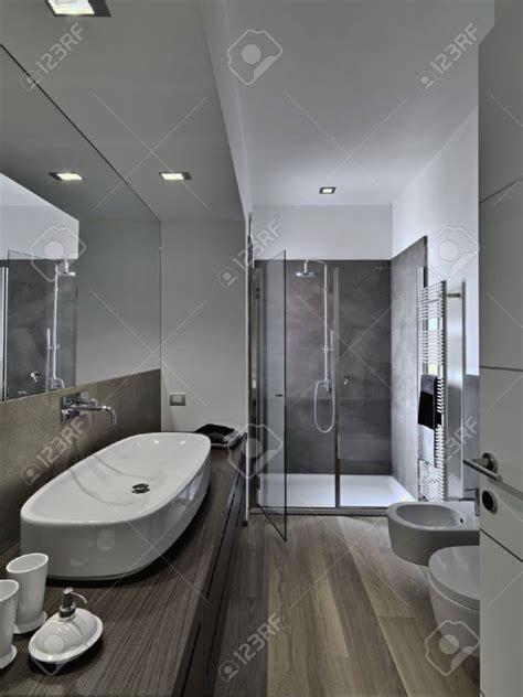 salle de bain moderne avec italienne