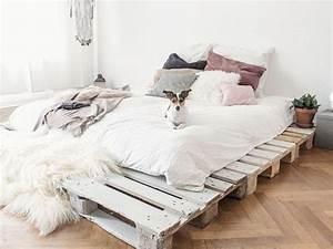 Palettenbett Selber Bauen : einfaches bett aus paletten selber bauen ~ Markanthonyermac.com Haus und Dekorationen