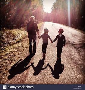 Hand In Hand Gehen : eine mutter mit ihren kindern in der fr hlingssonne hand in hand gehen stockfoto bild ~ Markanthonyermac.com Haus und Dekorationen