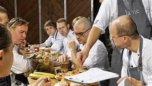Hummer Essen Berlin : in gourmet restaurants wird der arbeitstag beim gemeinsamen essen geplant spitzenk che sch tzen ~ Markanthonyermac.com Haus und Dekorationen
