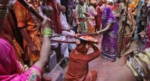 Lathmar holi celebrated in Mathura - www.newsnation.in