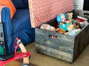 Living In The Box : make a herringbone wood toy box storage ottoman hgtv ~ Markanthonyermac.com Haus und Dekorationen