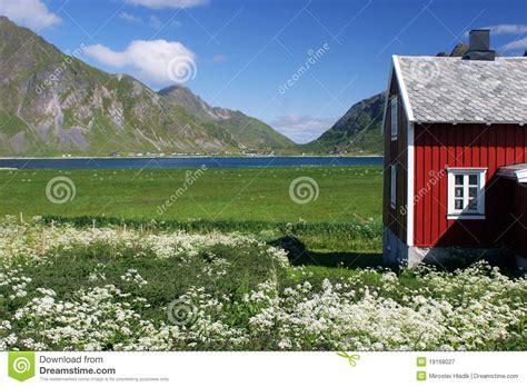 maison en bois sur le pr 233 vert photographie stock libre de droits image 19168027