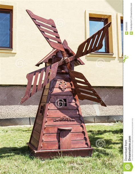 moulin 224 vent en bois d 233 coratif dans le jardin d 233 coupant l photo stock image 66396583