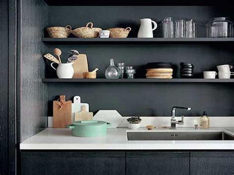 poser des etageres sur la credence en rangement cuisine