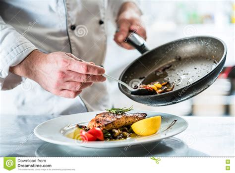 nourriture de finissage de chef dans sa cuisine de restaurant photo stock image 71285562
