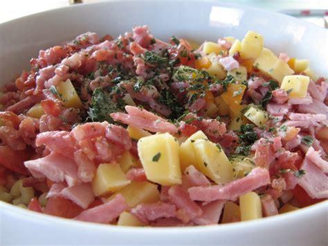 salade de p 226 te au lardons tomates fromage et au basilic a la table de gaelle