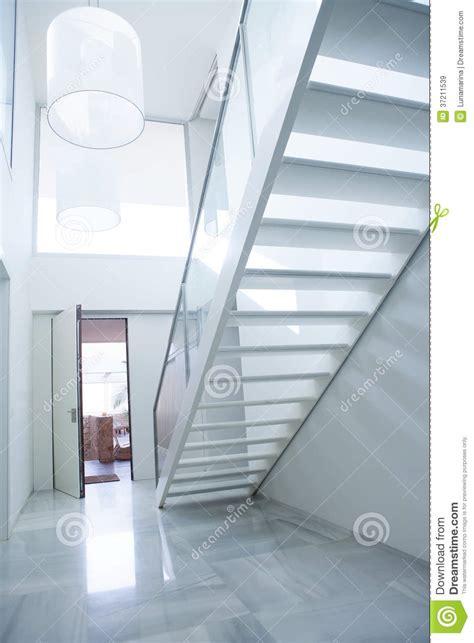 lobby blanc moderne de d entr 233 e de maison avec l escalier images libres de droits image