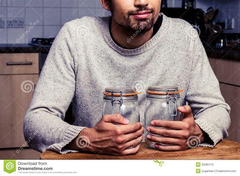 homme avec deux pots de confiture photos stock image 33285113